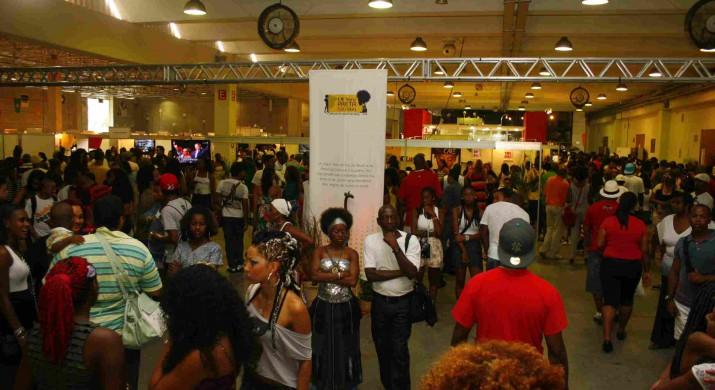 Afro-brasileiros expõem produtos na maior feira de cultura negra da América