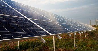 Placa de energia solar, instalada em um terreno