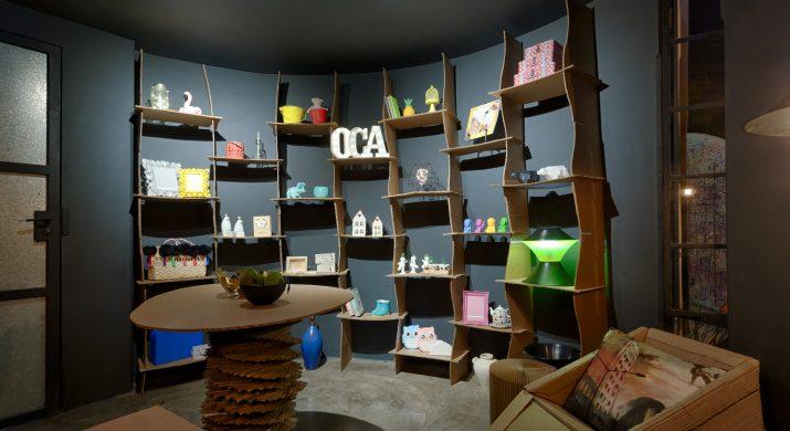 Ambiente de uma loja temporária feita de papelão
