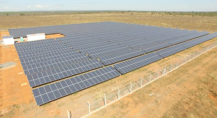 """Várias placas de energia solar montadas em uma fazenda, definindo o início de um projeto pioneiro chamado de """"fazenda solar""""."""