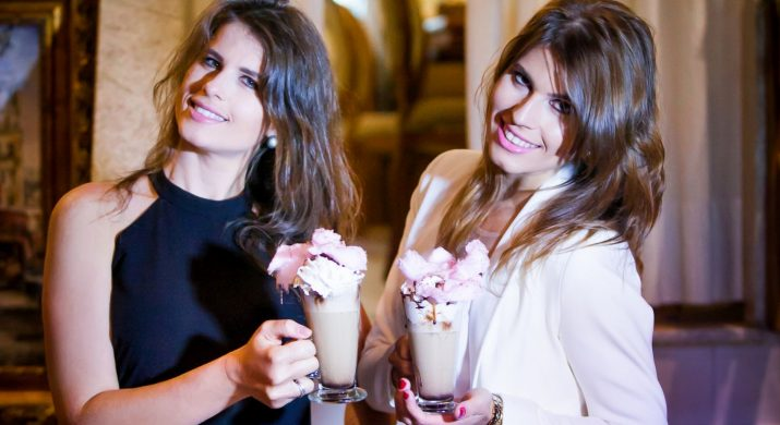 Duas mulheres jovens segurando um café bem elaborada, são as irmãs sócias da franquia da Café du Centre