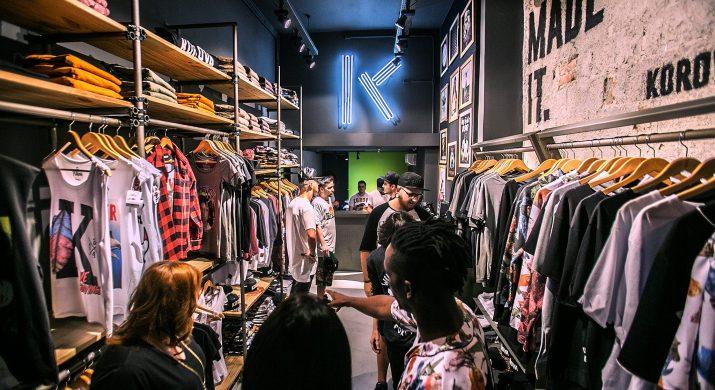 Ambiente descontraído e jovem da loja Korova, que imprime estampas exclusivas em camisetas na hora