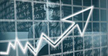 Homem jovem com muitos pensamentos na cabeça, misturando imagens de números, planilhas e gráficos, representando um empreendedor
