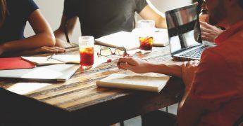 Mesa de trabalho com pessoas trabalhando de forma informal e mais livre, representando as startups