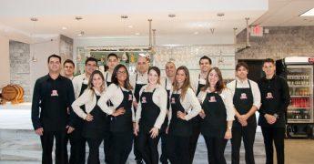 Equipe do restaurante Camila's,, que serve comida brasileira nos EUA
