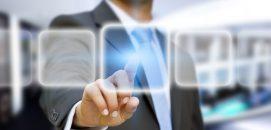 Homem de negócios em seu escritório usando uma interface por toque digital, representando o futuro de um líder