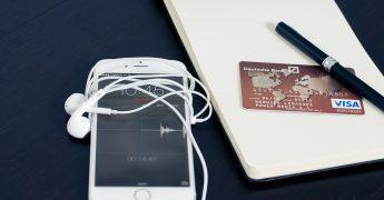 Celular e cartão de crédito, representando inovação e tecnologia nos meios de pagamentos