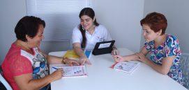 Professora com alunas da franquia Franquia Top English em um ambiente de sala de aula