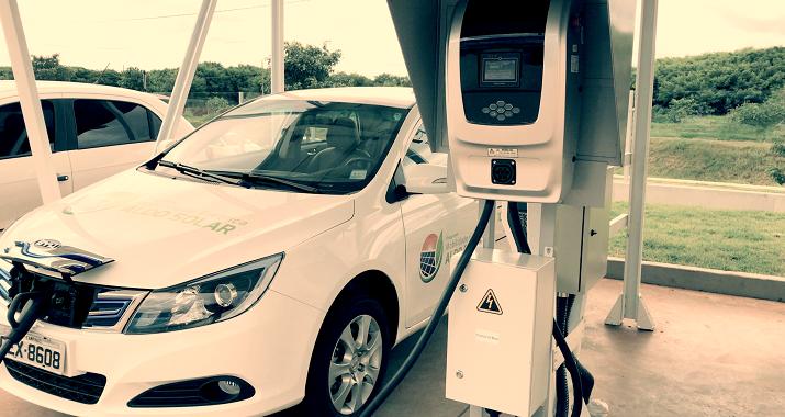 Carro elétrico parado para abastecer em uma garagem solar