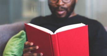 Homem lenso um livro