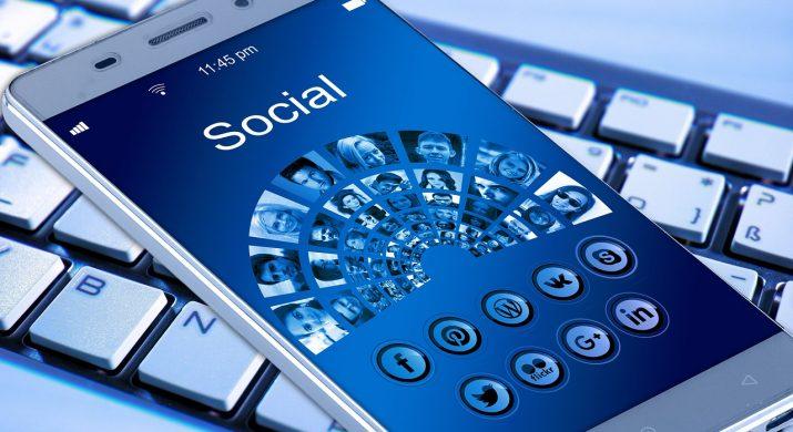 Telefone e computador conectados nas diversas mídias sociais